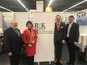 BKU-Vorsitzende Marie-Luise Dött (2. v. l.) und BKU-Geschäftsführer Dr. Martin Schoser (r.) besuchten den BKR-Stand und wurden von RA Michael Schmidt-Hofner (l.) und RA Clemens Kuhn (2. v. r.) freudig begrüßt.