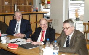 Der KAD-Vorsitzende Manfred Speck (Mitte) mit seinem 2. Stellvertreter Karl Kautzsch (links) und ZdK-Präsident Prof. Dr. Thomas Sternberg MdL (rechts).