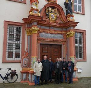 Die Teilnehmer mit Msgr. Prof. Dr. Roth vor dem Portal des Priesterseminars.
