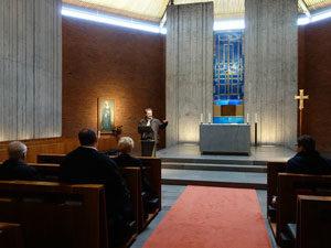 Prof. Dr. Roth erläutert die Baugeschichte der Kapelle des Priesterseminars.