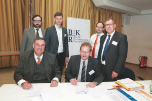 Die Vorsitzenden von BKR, RA Roger Zörb, und Kolping, Thomas Dörflinger, MdB, unterzeichnen die neue Kooperationsvereinbarung. Es freuen sich im Hintergrund: RA Hans-Helmut Fensterer (BKR und Kolpingbruder), Oscar Obarowski (Referent für Arbeit und Soziales des Kolpingwerkes), RA Christopher Richter LL.M. Eur. (BKR und Kolpingbruder, Leiter der Arbeitsgruppe Kolping beim BKR) und Ulrich Vollmer (Bundessekretär des Kolpingwerkes)